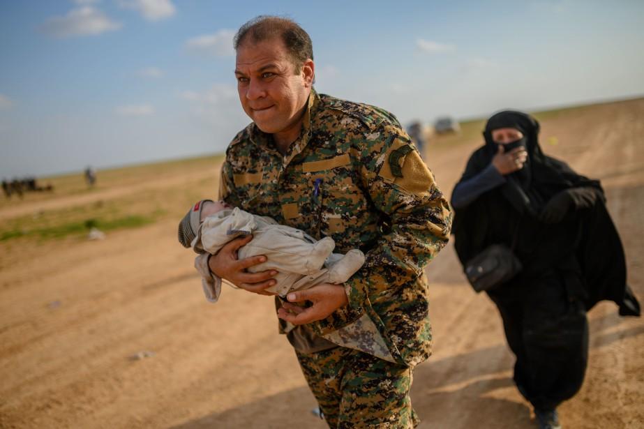 Un membre de l'alliance de combattants arabes et... (Photo BULENT KILIC, Agence France-Presse)