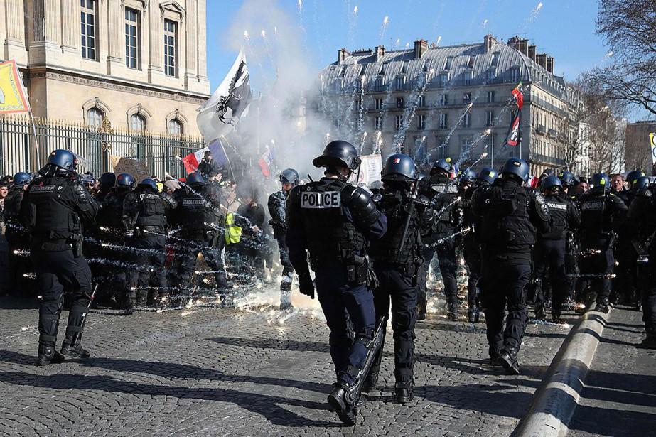 Une fusée éclairante a explosé devant l'opéra Garnier... (Photo ZAKARIA ABDELKAFI, Agence France-Presse)
