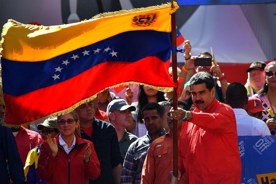 Le président Nicolas Maduro a agité un drapeau... (Photo YURI CORTEZ, Agence France-Presse)
