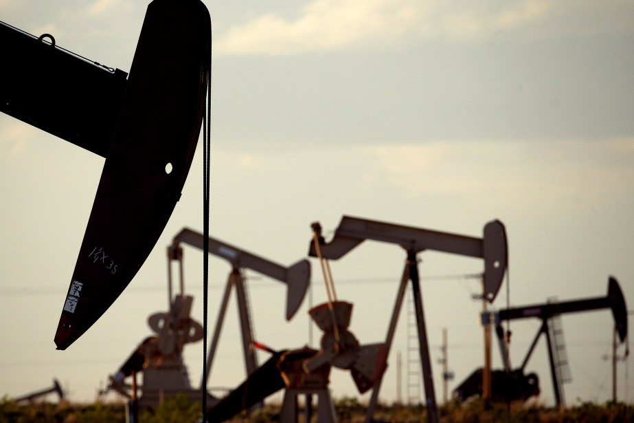 Les prix du baril de pétrole ont terminé... (PHOTO CHARLIE RIEDEL, ARCHIVES AP)