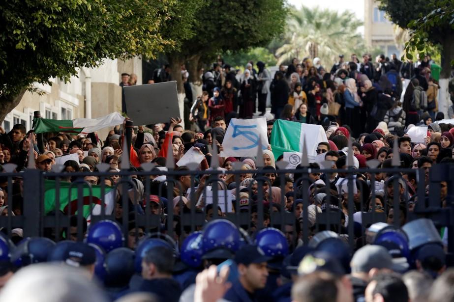 En matinée, dans la capitale, environ 500étudiants se... (PHOTO RAMZI BOUDINA, REUTERS)