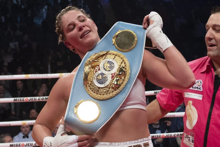Marie-Ève Dicaire est devenue championne IBF des 154... (PHOTO JACQUES BOISSINOT, ARCHIVES LA PRESSE CANADIENNE)
