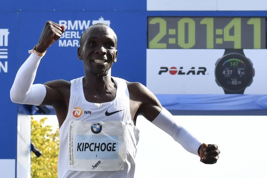 Le Kenyan Eliud Kipchoge a abaissé le record... (PHOTO JOHN MACDOUGALL, ARCHIVES AGENCE FRANCE-PRESSE)