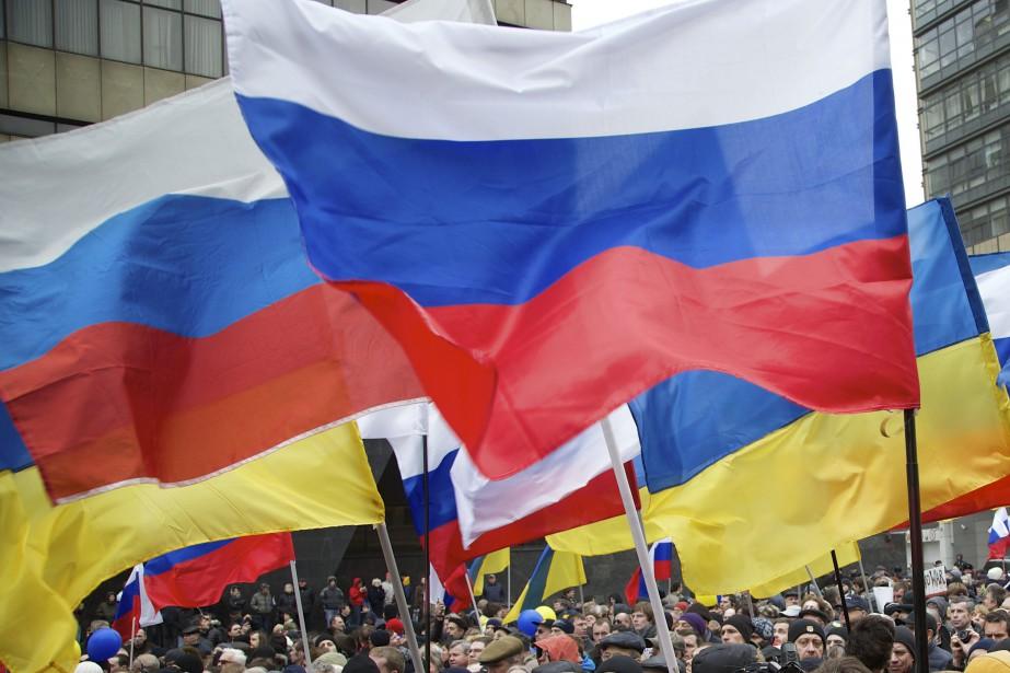 Des drapeaux russes et ukrainiens.... (PHOTO ALEXANDER ZEMLIANICHENKO, ARCHIVES AP)