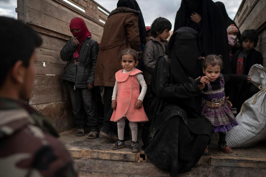Mercredi, 15camions transportant des centaines de personnes sont... (PHOTO FELIPE DANA, AP)