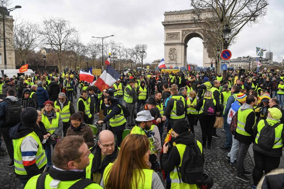 À Paris, plusieurs centaines de personnes réunies à... (PHOTO ÉRIC FEFERBERG, AGENCE FRANCE-PRESSE)