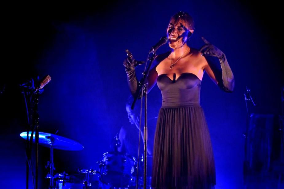 Dans des éclairages bleutés,Dominique Fils-Aimé a interprété les... (PHOTO BERNARD BRAULT, LA PRESSE)