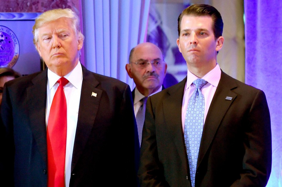 Donald Trump et son fils Donald Jr. devant... (PHOTO TIMOTHY A. CLARY, AFP)