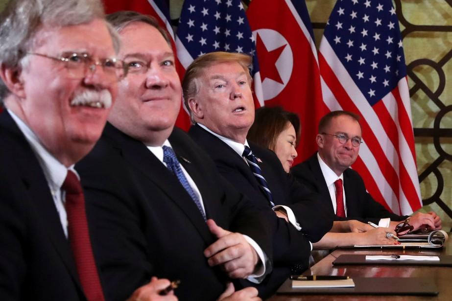 John Bolton, à gauche, aux côtés du secrétaire... (PHOTO REUTERS)