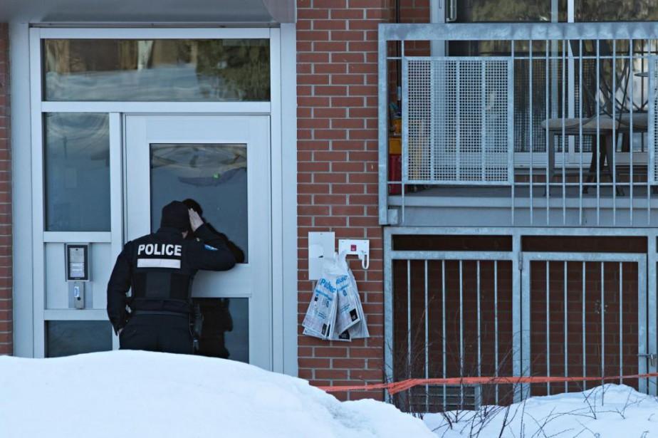 Un policier se trouve devant un logement de... (PHOTOPATRICKSANFAÇON, ARCHIVES LA PRESSE)