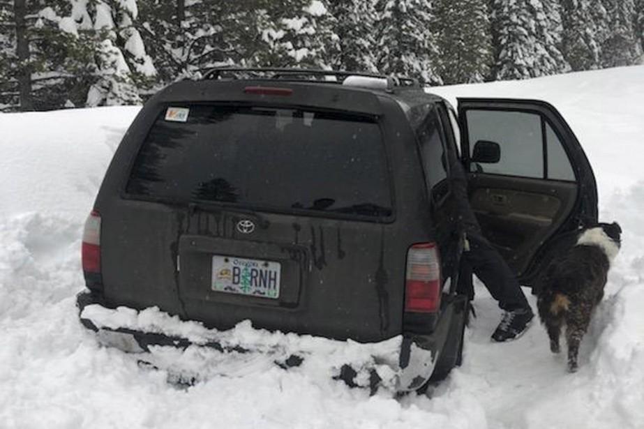 Le véhicule de Jeremy Taylor s'est retrouvé coincé... (PHOTO ASSOCIATED PRESS)