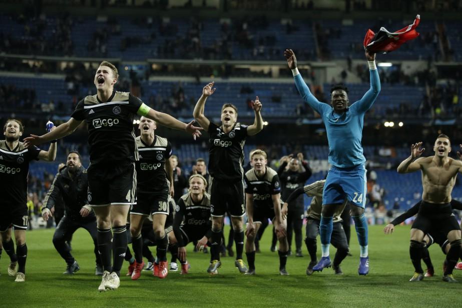 Les joueurs de l'Ajax célèbrent leur victoire surprise... (PHOTO AP)