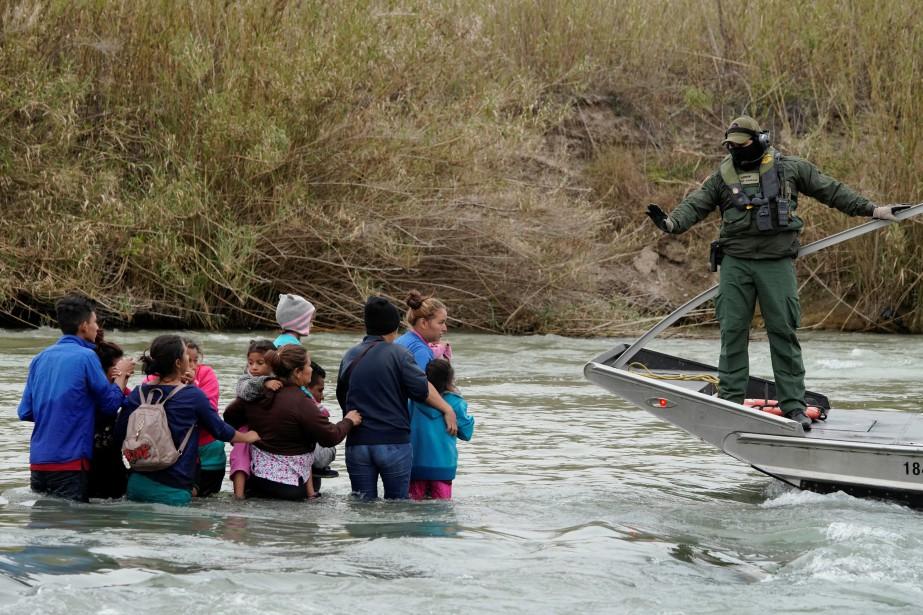 Les migrants venus d'Amérique centrale ont formé en... (PHOTO ALEXANDRE MENEGHINI, REUTERS)