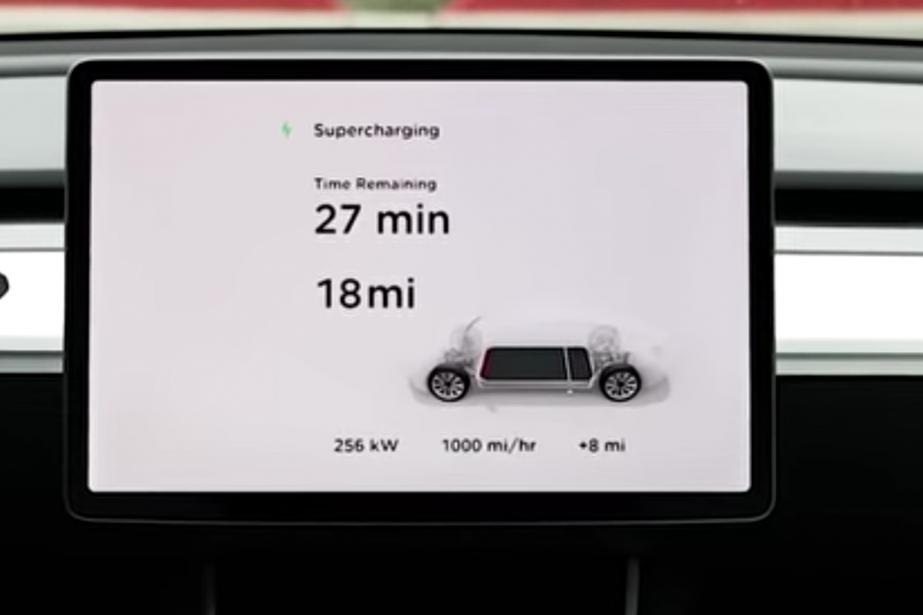 Cet écran d'une Tesla en recharge affiche «1000... (PHOTO TESLA)