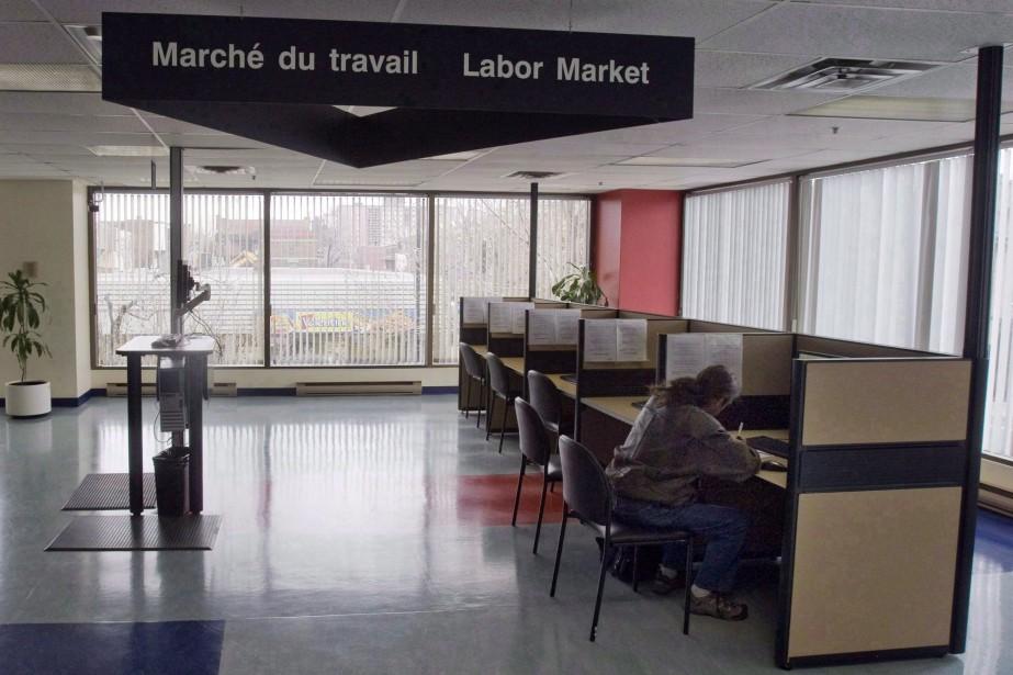 Un homme en recherche d'emploi dans un bureau... (PHOTO RYAN REMIORZ, ARCHIVES LA PRESSE CANADIENNE)