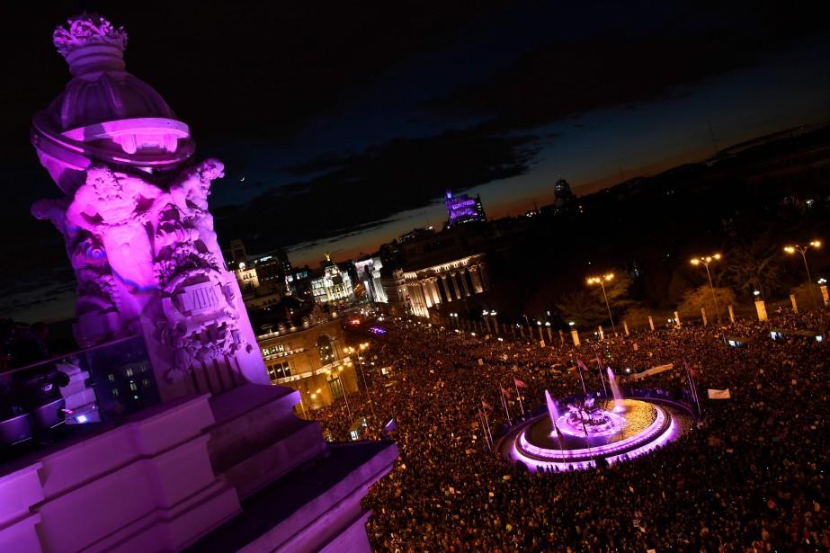 À Madrid, une marée violette, couleur du féminisme,... (PHOTO GABRIEL BOUYS, AGENCE FRANCE-PRESSE)