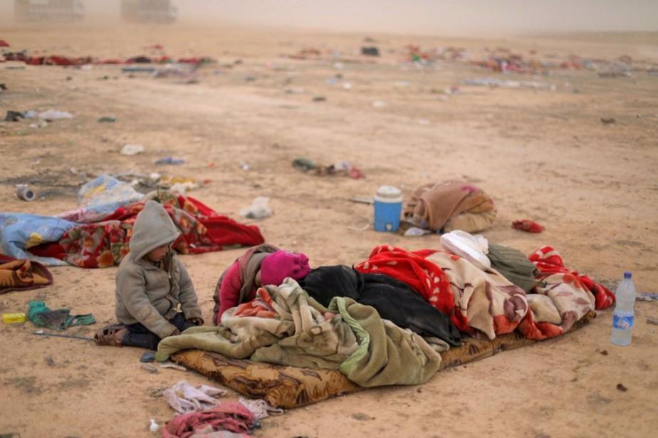 Deux enfants sont recroquevillés près de leur mère... (PHOTO RODI SAID, REUTERS)