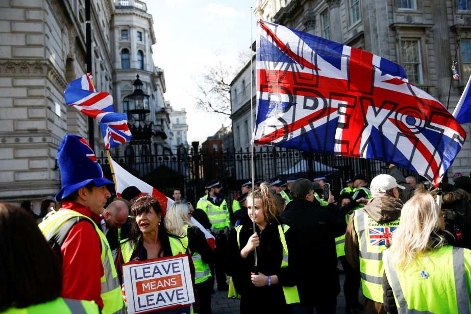 Des manifestants en faveur du Brexit se sont... (PHOTO HENRY NICHOLLS, REUTERS)