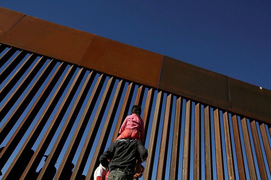 Un homme portant un enfant sur ses épaules... (PHOTO JOSE LUIS GONZALEZ, ARCHIVES REUTERS)