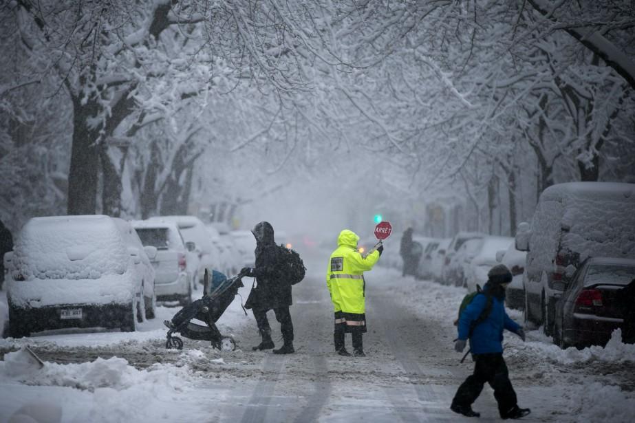 Une brigadière fait la circulation sur la rue... (PHOTO FRANÇOIS ROY, ARCHIVES LA PRESSE)