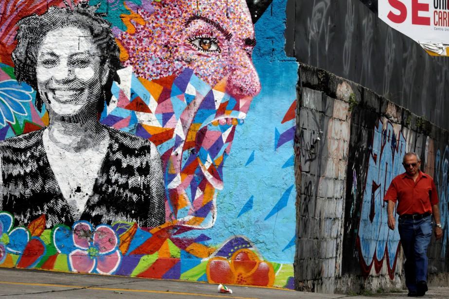 Une murale commémorant Marielle Franco a été réalisée... (PHOTO REUTERS)