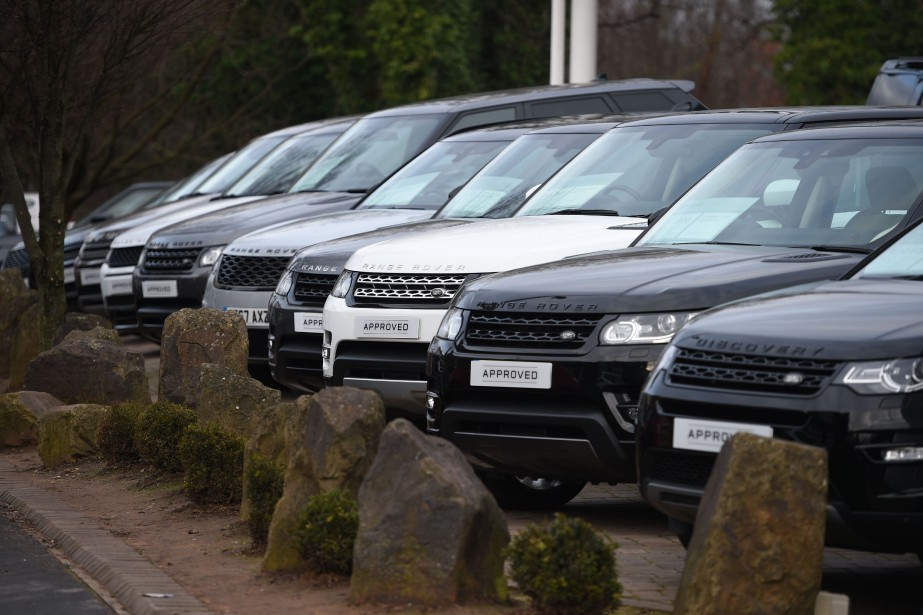 Des Range Rover stationnés dans une concession Land... (PHOTO OLI SCARFF, AFP)