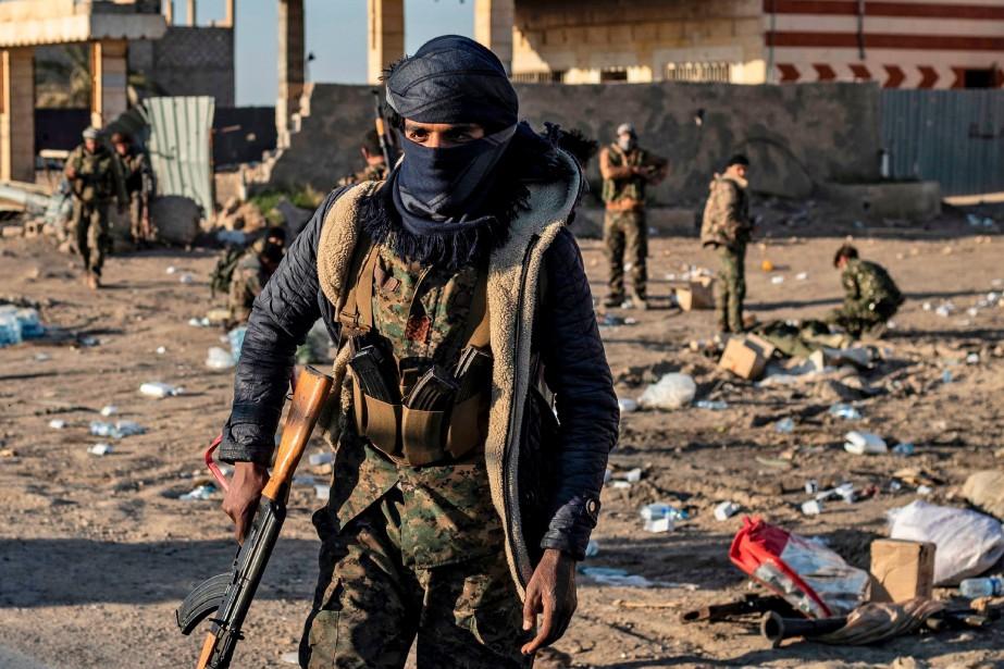 Un combattant des Forces démocratiques syriennes à Baghouz,... (PHOTO DELIL SOULEIMAN, ARCHIVES AFP)