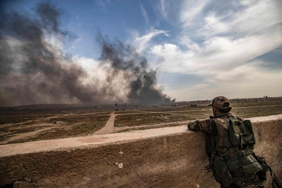 Un combattant des Forces démocratiques syriennes près du... (PHOTO DELIL SOULEIMAN, AFP)