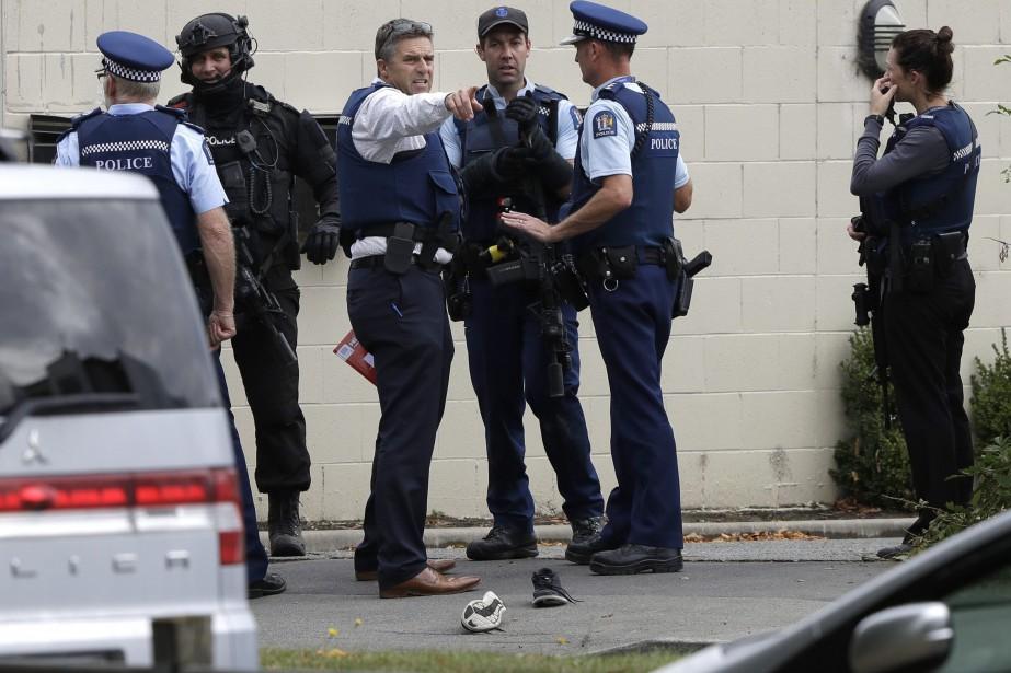 Des policiers néo-zélandais se tiennent près d'une des... (PHOTO MARK BAKER, ASSOCIATED PRESS)