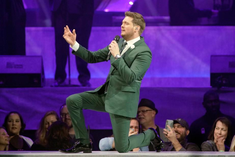 Michael Bublé en spectacle à Rosemont, en Illinois.... (PHOTO ROB GRABOWSKI, AP)