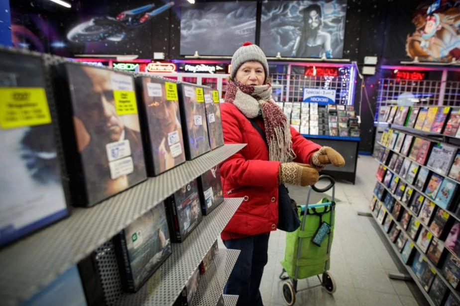 Marie-Andrée Montreuil vient au club vidéo... pour acheter... (PHOTO OLIVIER JEAN, LA PRESSE)