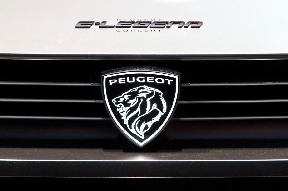 L'écusson Peugeot, visible sur la calandre d'un prototype... (PHOTO CYRIL ZINGARO, AP)