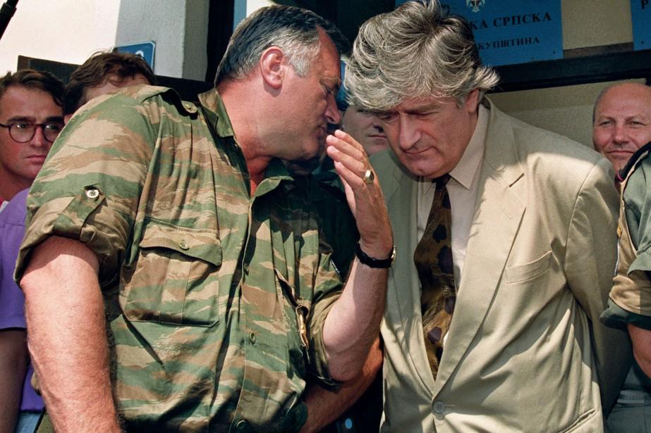 Radovan Karadzic (à droite) s'entretient avec l'ancien chef... (PHOTO AFP)