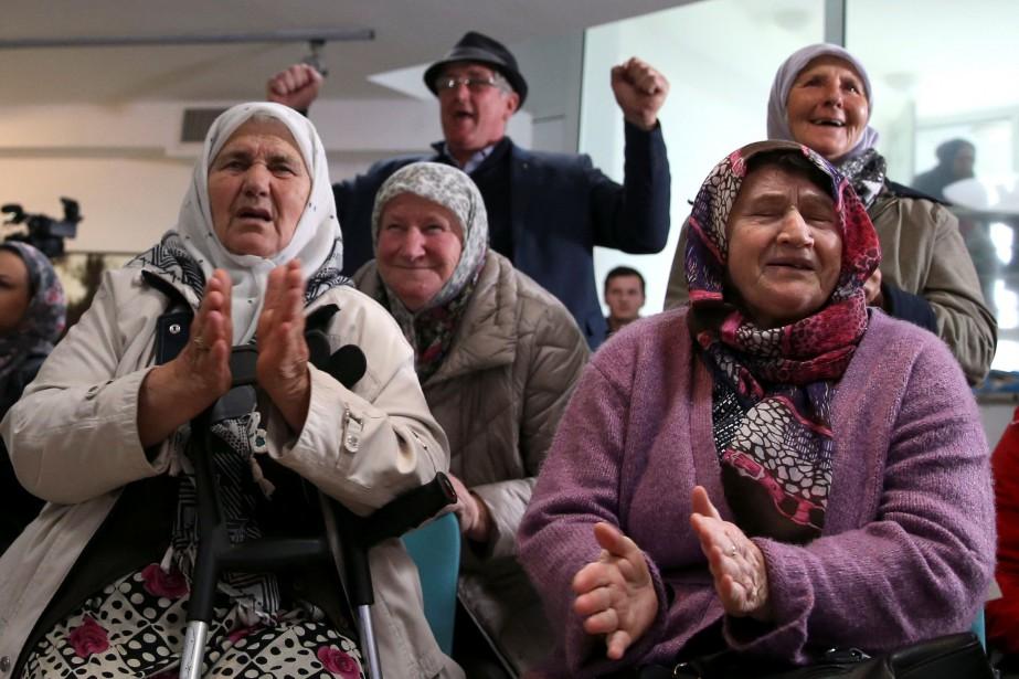 Des femmes applaudissent l'annonce de la condamnation contre... (PHOTO REUTERS)