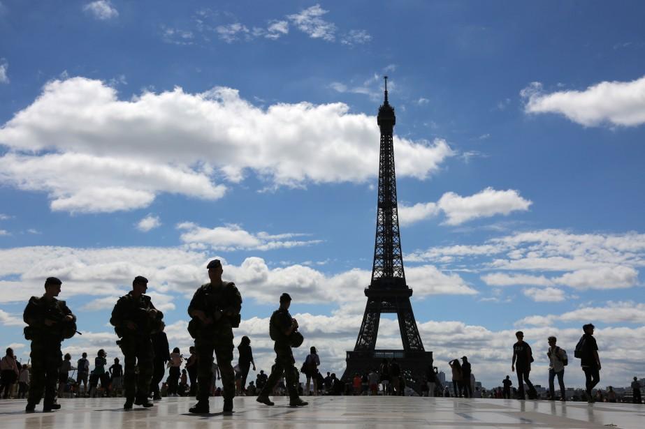 Après les scènes de saccage sur les Champs-Élysées... (PHOTO LUDOVIC MARIN, ARCHIVES AFP)