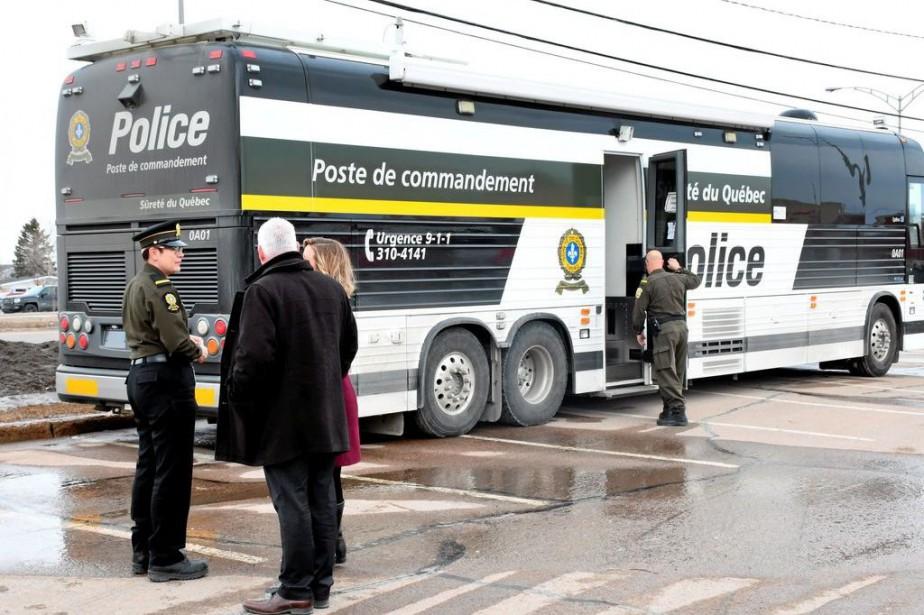 Le véhicule policier a été placé devant le... (PHOTO ROCKET LAVOIE, LE QUOTIDIEN)