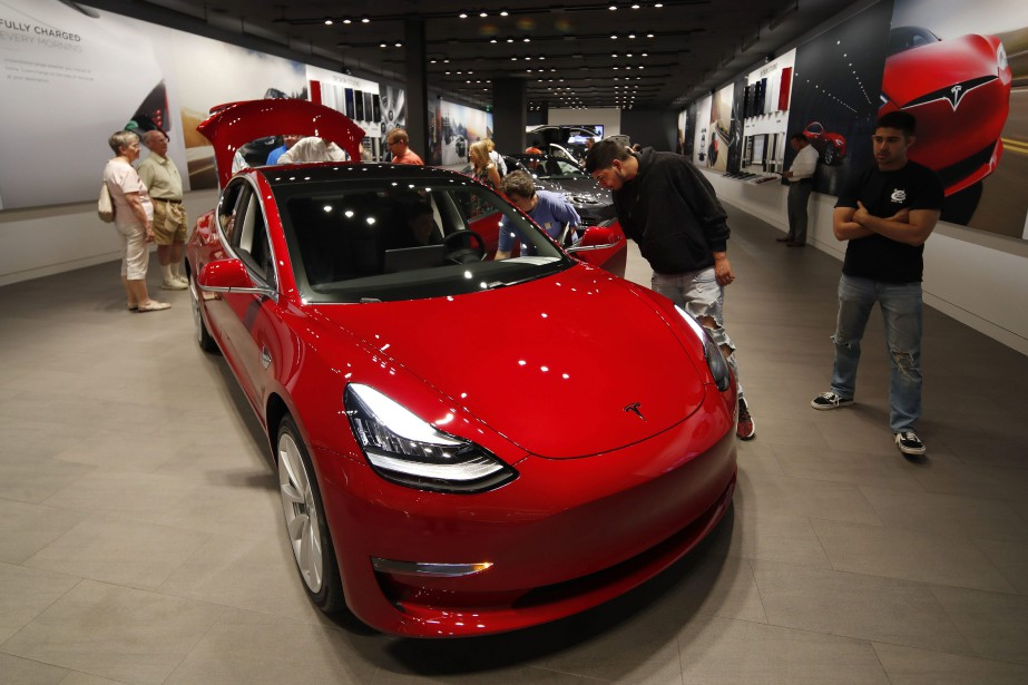 Tesla a transféré en ligne tout le processus... (PHOTO DAVID ZALUBOWSKI, AP)