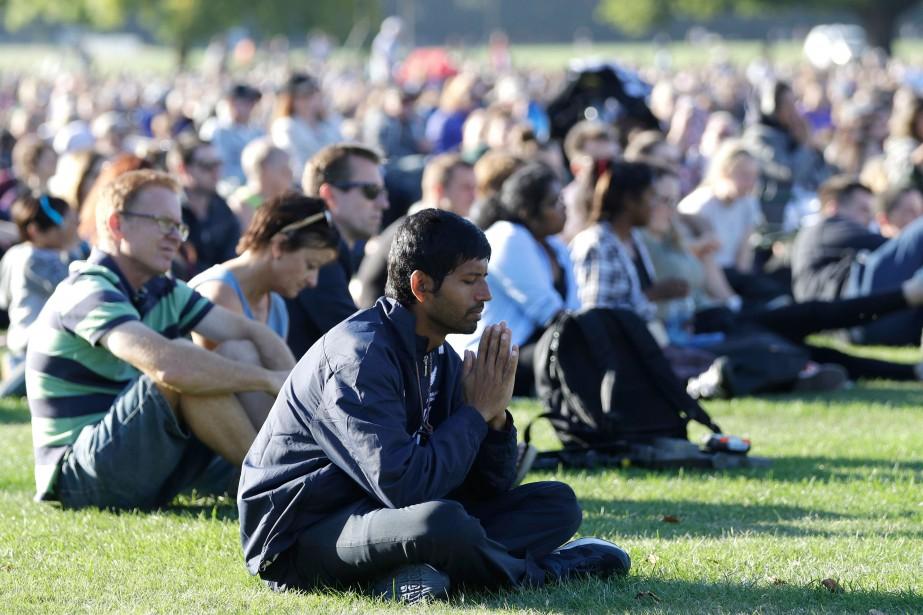 Un homme prie lors d'un rassemblement en mémoire... (PHOTO MARK BAKER, ASSOCIATED PRESS)