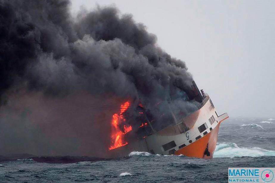 À la suite du naufrage du navire roulier... (PHOTO MARINE NATIONALE DE FRANCE, VIA AFP)