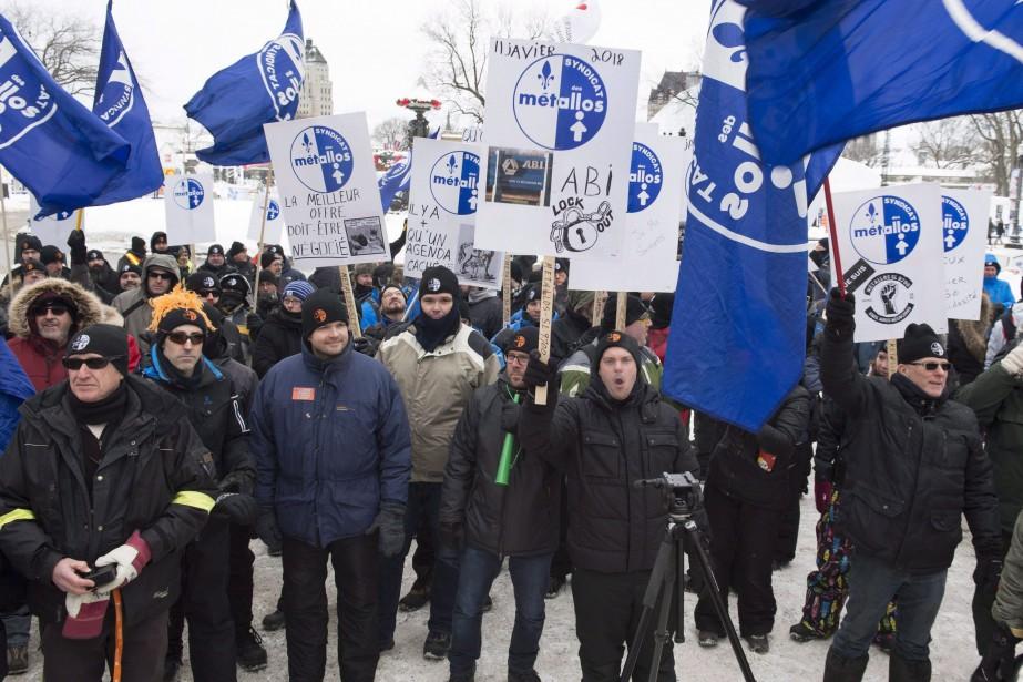 Les travailleurs en lockout depuis plus de 14... (PHOTO JACQUES BOISSINOT, THE CANADIAN PRESS)