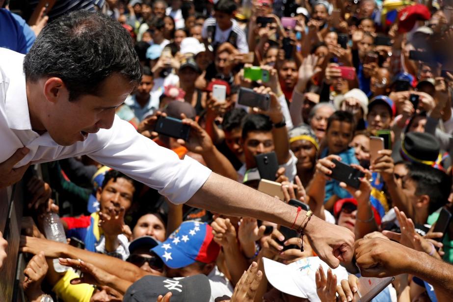 Juan Guaidó serre la main de supporters lors... (PHOTO REUTERS)