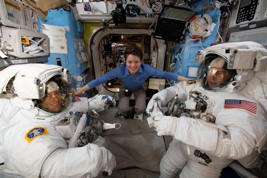 Anne McClain (au centre) a confirmé que la... (PHOTO FOURNIE PAR LA NASA)