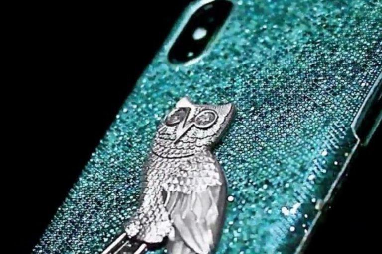 L'étui de téléphone incrusté de diamants de Drake... (PHOTO TIRÉE DE FACEBOOK)