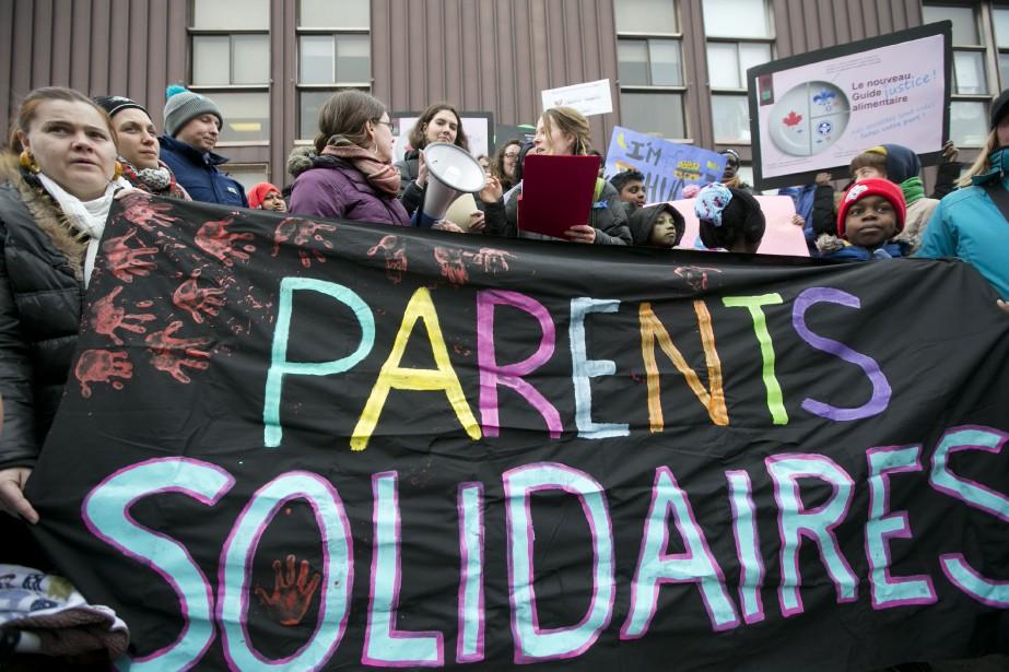 Des parents, habitants du quartier de Pointe-Saint-Charles et... (PHOTO FRANÇOIS ROY, LA PRESSE)