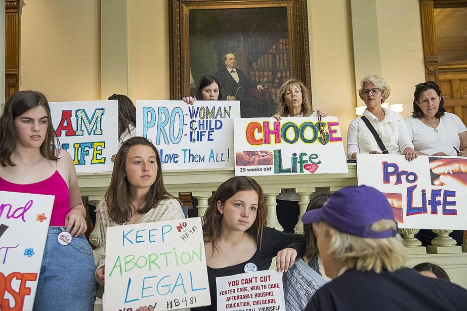 Des manifestantes en faveur et contre l'avortement ont... (PHOTO ALYSSA POINTER, ARCHIVES ASSOCIATED PRESS)