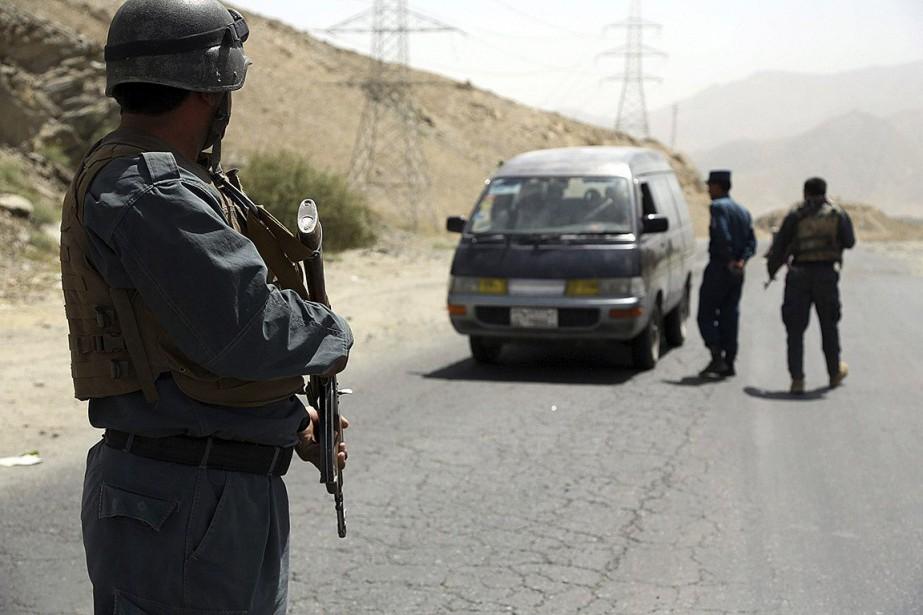 Des policiers afghans effectuent des vérifications auprès d'un... (PHOTO RAHMAT GUL, ASSOCIATED PRESS)