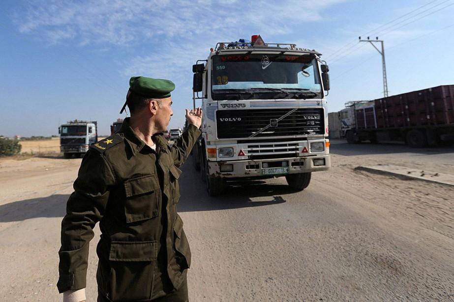 Un membre des forces de sécurité de l'Autorité... (PHOTO IBRAHEEM ABU MUSTAFA, ARCHIVES REUTERS)
