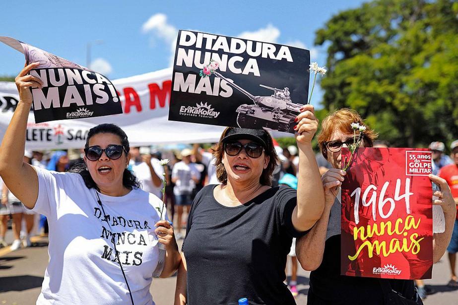 Une manifestation marquant le 55eanniversaire du coup d'État... (PHOTO SERGIO LIMA, AFP)