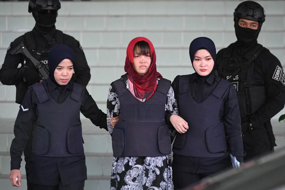 Doan Thi Huong  (au centre)... (PHOTO MOHD RASFAN, AFP)