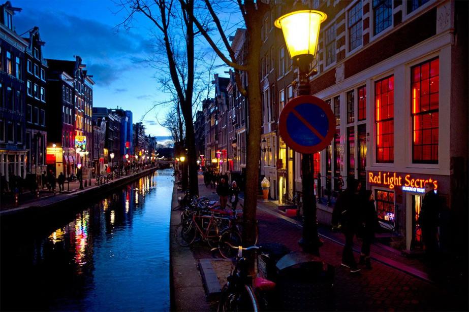 Le Red Light District à Amsterdam attire son... (PHOTO EVERT ELZINGA, ARCHIVES ASSOCIATED PRESS)